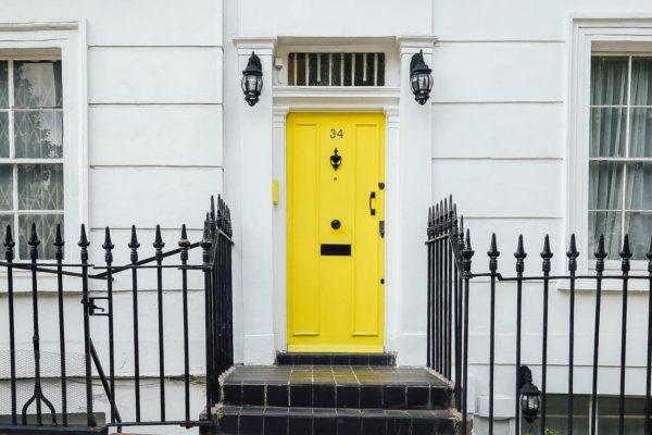 Réparation de porte d'entrée ou d'immeuble : qui paye entre le locataire et le propriétaire ?