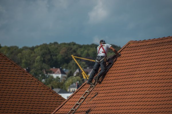 Le nettoyage de toiture est-il à la charge du locataire ou du propriétaire ?