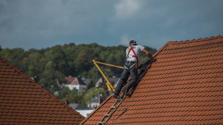 Le nettoyage de toiture est-il à charge du locataire ou du propriétaire ?