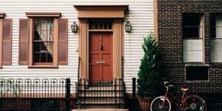 A qui appartient le trottoir devant une maison ?